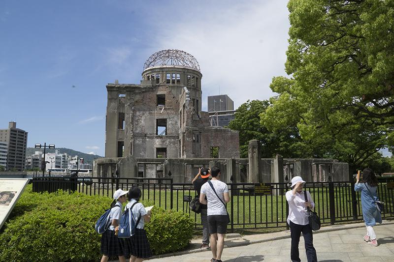 原爆ドーム周辺は観光客や修学旅行生でにぎわう