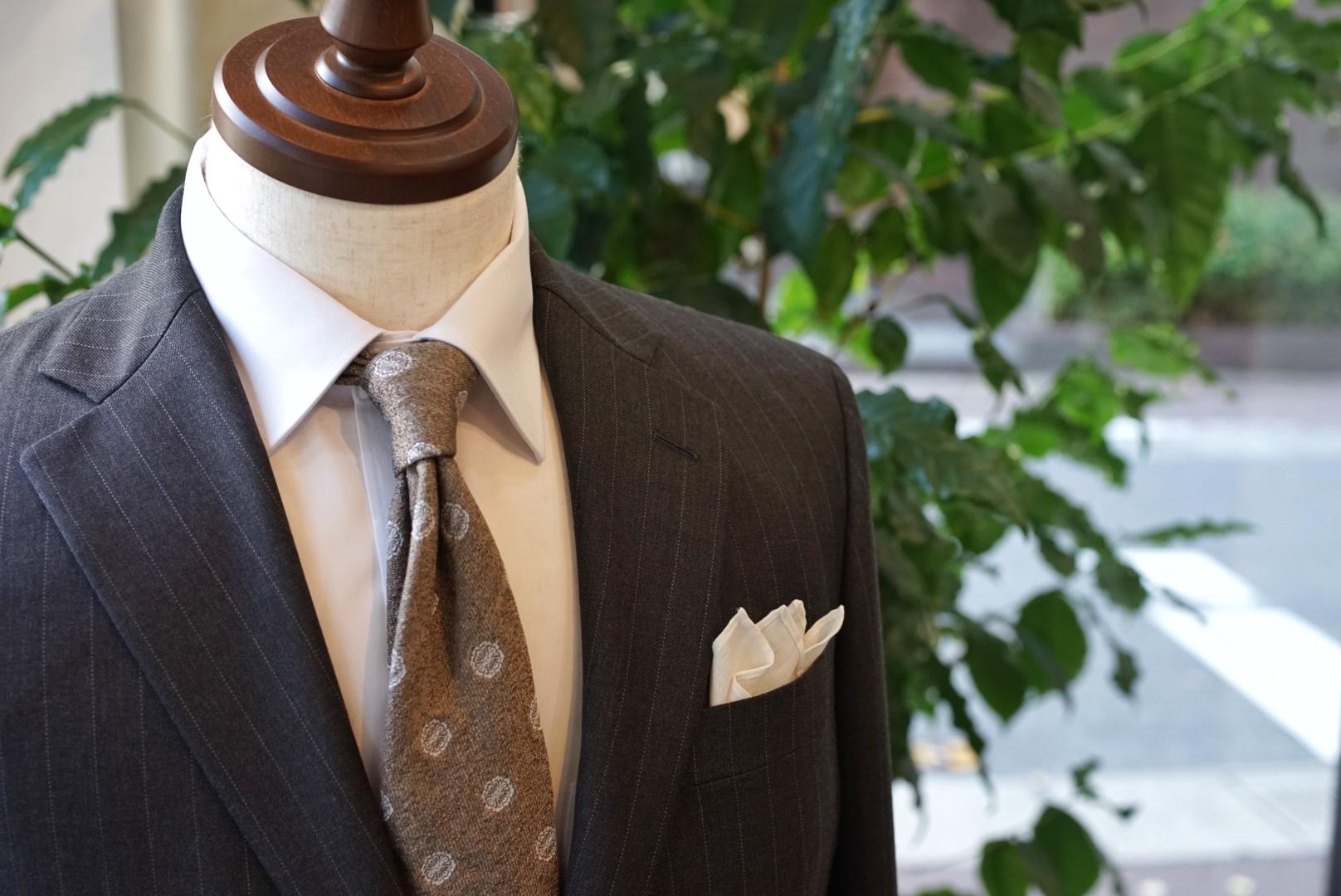 ネイビースーツで使われる生地の「柄」について