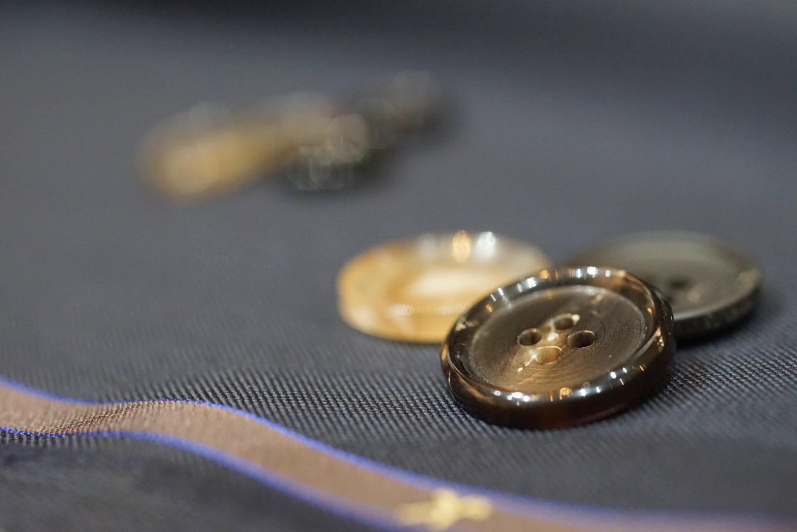 ネイビースーツと合わせる「ボタン」